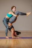 2 девушки спорта в спортзале Стоковое Изображение