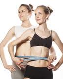 2 девушки спорта измеряя изолировали дальше Стоковая Фотография