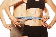 2 девушки спорта измеряя изолировали дальше Стоковое Фото