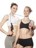 2 девушки спорта измеряя изолировали дальше Стоковые Изображения RF