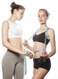 2 девушки спорта измеряя изолировали дальше Стоковые Фотографии RF