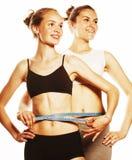 2 девушки спорта измеряя изолировали на белизне Стоковое Фото