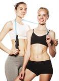 2 девушки спорта измеряя изолировали на белизне Стоковое Изображение