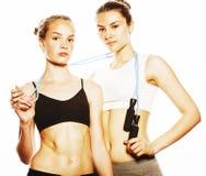 2 девушки спорта измеряя изолировали на белизне Стоковое Изображение RF