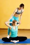 2 девушки спорт делая йогу Стоковые Фото