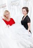 2 девушки сравнивают платье Стоковое Изображение RF