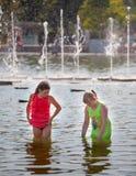 2 девушки стоя в воде Стоковая Фотография RF