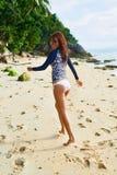 девушки стола голубого мальчика смотрят заниматься серфингом моря сидя Здоровая счастливая женщина на пляже Счастье, свобода Стоковое Изображение