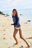 девушки стола голубого мальчика смотрят заниматься серфингом моря сидя Здоровая счастливая женщина на пляже Счастье, свобода Стоковая Фотография RF