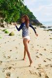 девушки стола голубого мальчика смотрят заниматься серфингом моря сидя Здоровая счастливая женщина на пляже Счастье, свобода Стоковое Изображение RF