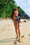 девушки стола голубого мальчика смотрят заниматься серфингом моря сидя Здоровая счастливая женщина на пляже Счастье, свобода Стоковое Фото