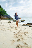 девушки стола голубого мальчика смотрят заниматься серфингом моря сидя Здоровая счастливая женщина на пляже Счастье, свобода, En Стоковая Фотография