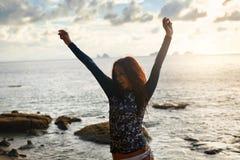 девушки стола голубого мальчика смотрят заниматься серфингом моря сидя Здоровая счастливая женщина на пляже Счастье, свобода Стоковые Фото