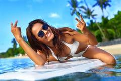 девушки стола голубого мальчика смотрят заниматься серфингом моря сидя Счастливая здоровая женщина в море Каникулы перемещения Li Стоковые Изображения