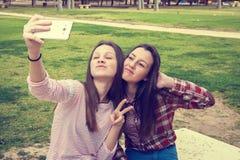 2 девушки сфотографированы мобильным телефоном Стоковые Изображения RF