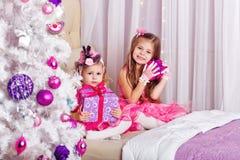 2 девушки счастливые подарки для рождества Стоковые Фото