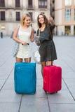 2 девушки с багажом на улице Стоковые Изображения RF