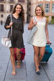 2 девушки с багажом на улице Стоковое Изображение