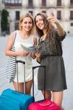 2 девушки с багажом на улице Стоковая Фотография