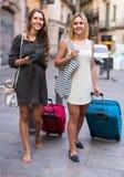 2 девушки с багажом на улице Стоковое Фото