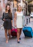 2 девушки с багажом на улице Стоковая Фотография RF