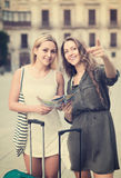 2 девушки с багажом на улице Стоковые Фотографии RF