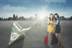 2 девушки с банкнотой самолета origami Стоковые Фотографии RF