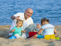 2 девушки с берегом папы на море Стоковое фото RF