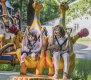 2 девушки с восхищением идут для привода на carousel Стоковое Изображение RF