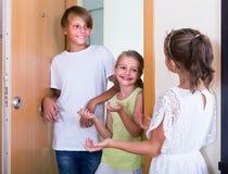 2 девушки с встречей подростка в входе Стоковые Фотографии RF
