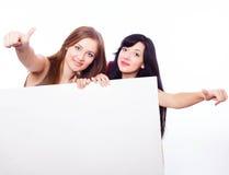 2 девушки с знаменем. Стоковая Фотография