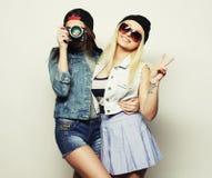 2 девушки с камерами в стиле битника Стоковое Изображение RF