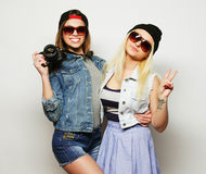 2 девушки с камерами в стиле битника Стоковые Изображения