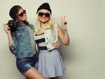 2 девушки с камерами в стиле битника Стоковые Фото