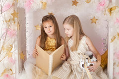 2 девушки с книгой Стоковая Фотография