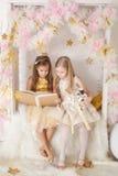 2 девушки с книгой Стоковое Фото
