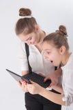 2 девушки с компьтер-книжкой Стоковые Фото
