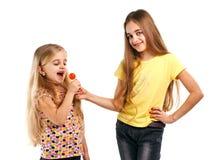 2 девушки с конфетой Стоковые Изображения