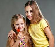 2 девушки с конфетой Стоковая Фотография RF