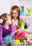 2 девушки с корзинами пасхи Стоковое Изображение
