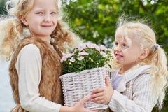 2 девушки с корзиной цветка Стоковое Фото