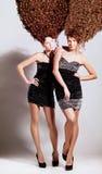 2 девушки с курчавым стилем причёсок Стоковые Фотографии RF