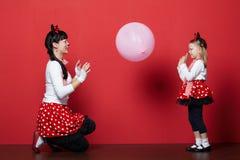 2 девушки с масками мыши Стоковая Фотография RF