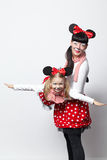 2 девушки с масками мыши Стоковые Фотографии RF