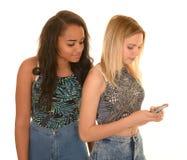 2 девушки с мобильным телефоном Стоковые Изображения