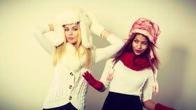 2 девушки с обмундированием зимы Стоковое Изображение