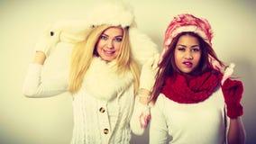 2 девушки с обмундированием зимы Стоковые Изображения