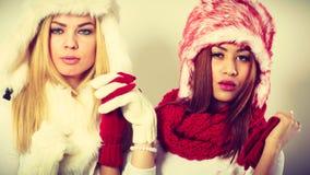 2 девушки с обмундированием зимы Стоковая Фотография