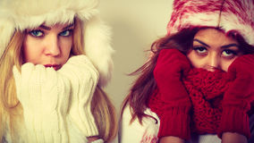 2 девушки с обмундированием зимы Стоковые Фотографии RF
