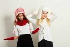 2 девушки с обмундированием зимы Стоковые Изображения RF